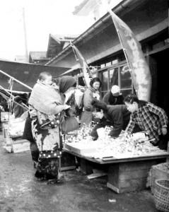たくさんの枝アメが並ぶ(昭和40年代)