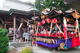 All floats and lesser omikoshi visit Odate Shinmeisha Shrine to receive a blessing.