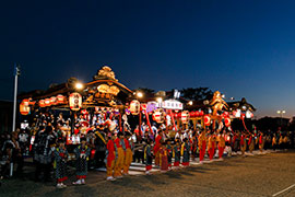 The northernmost neighborhoods gather in front of Odate Station to perform together.