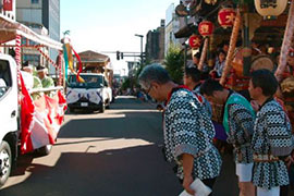 Neighborhoods group go silent and bow to pay their respects as the omikoshi passes by.